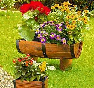 Цветы в декоративной бочке