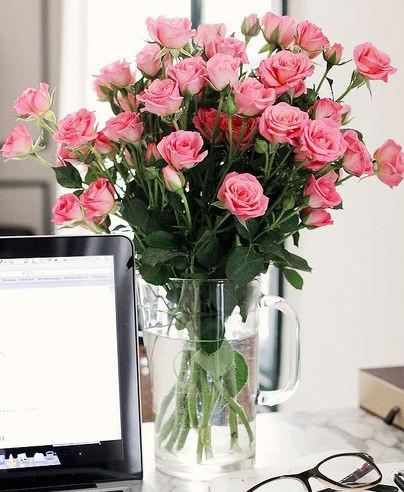 Букет розовых роз в кружке вазе