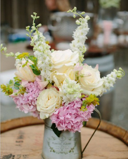 Красивый букет цветов в железной кружке вазе