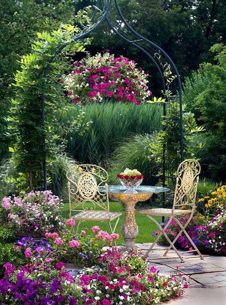 Цветник с арками