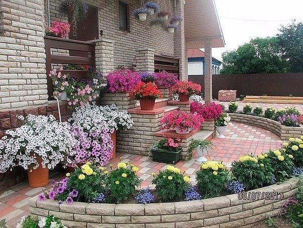 Клумба цветник перед входом в дом